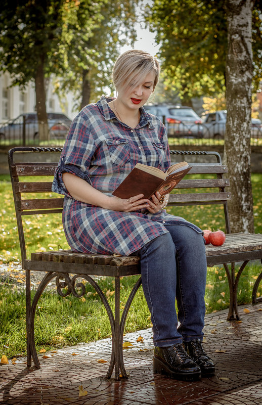 Девушка в осеннем парке - Анна Толмачева