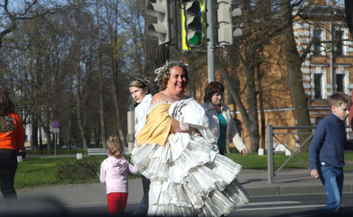 Дама, возвращающаяся из парка и переходящая дорогу... - Наталья