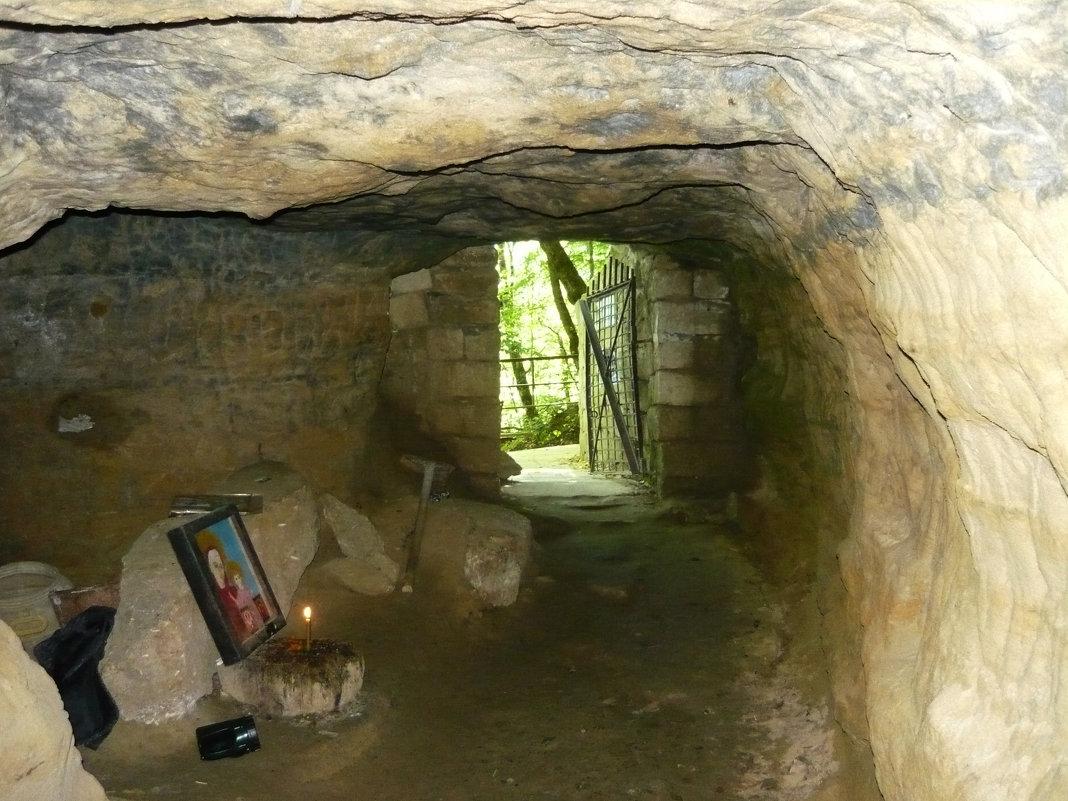Вход в подземный монастырь - Надежда