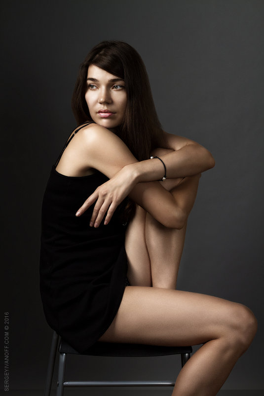 Портрет красивой молодой женщины в коротком платье - Сергей Иванов