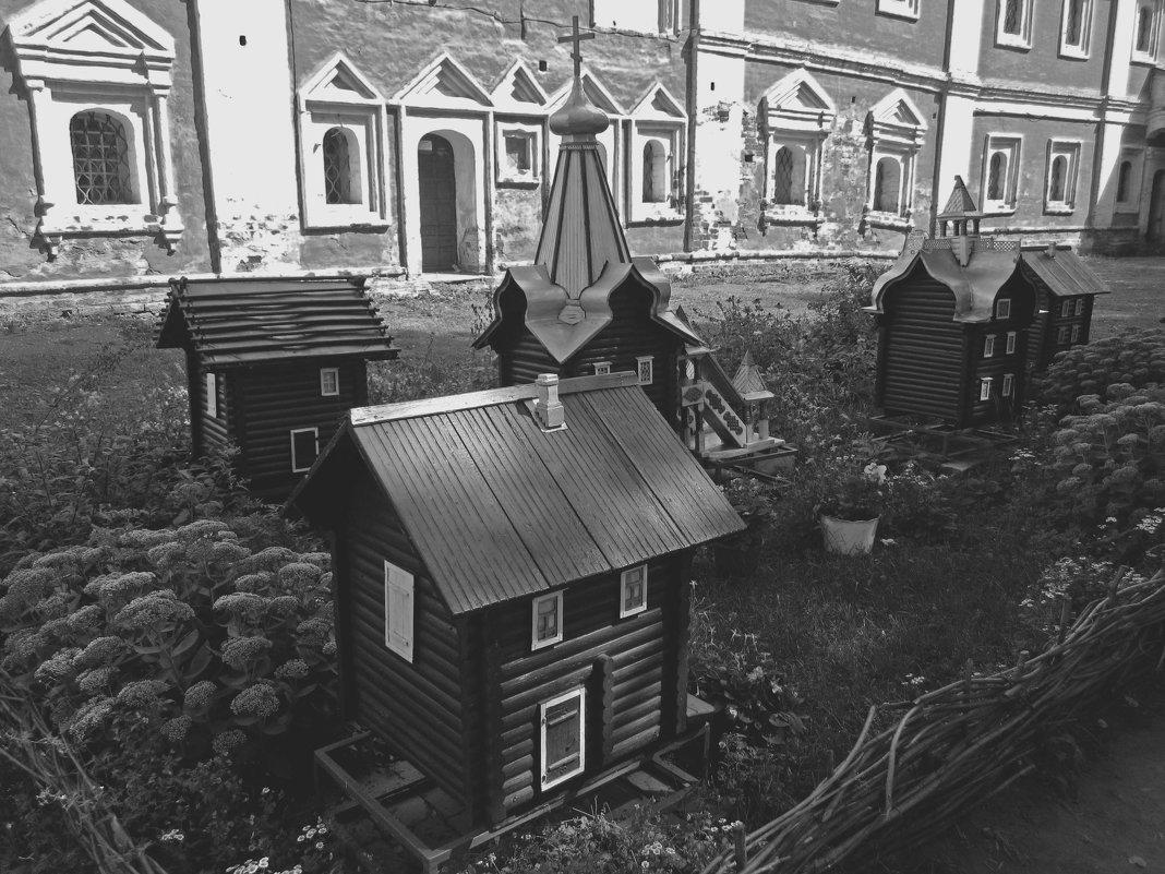 На территории Спасо-Преображенского монастыря (Ярославль) - Павел Зюзин