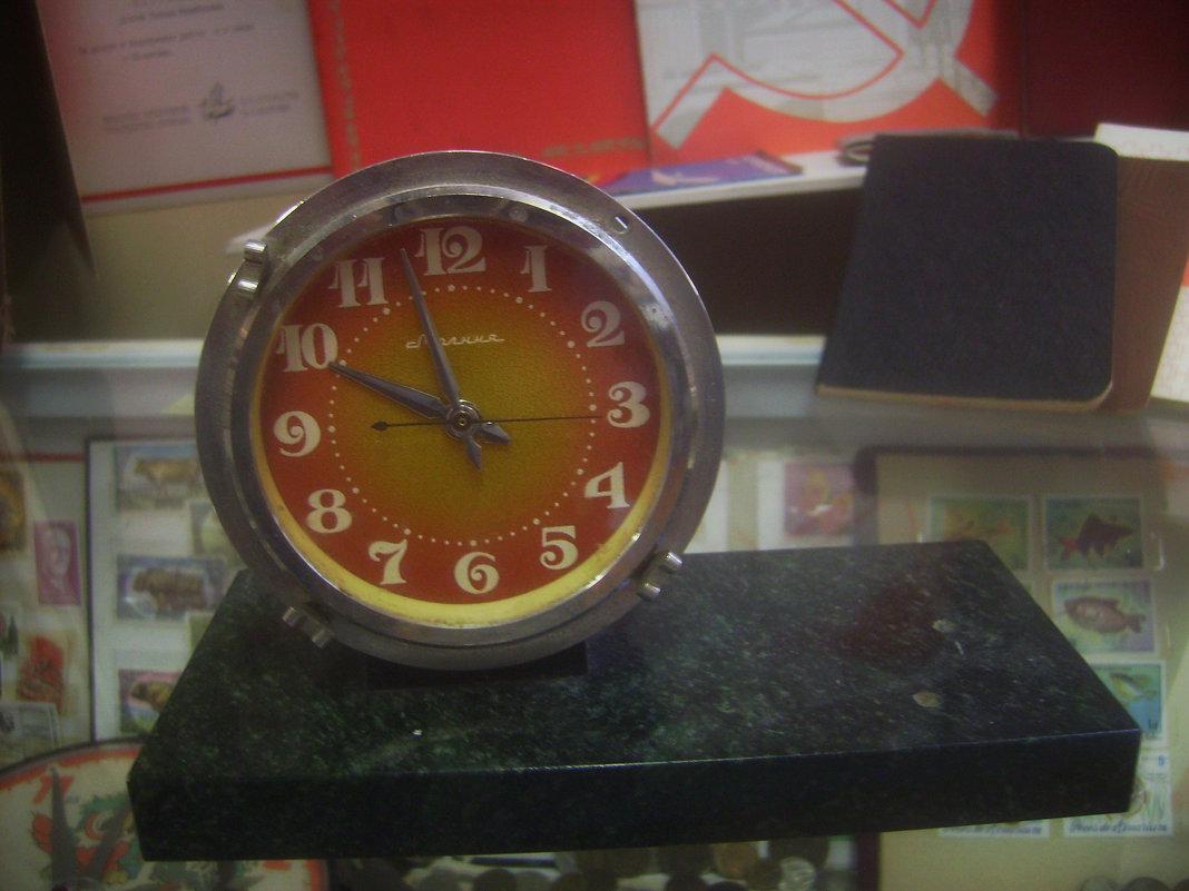 Часы на подставке, стилизованной под мрамор - Tarka