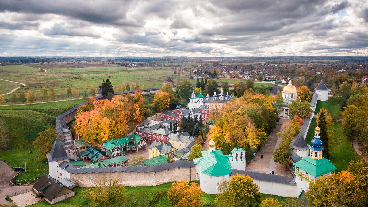 У стен монастыря - Дмитрий Погодин