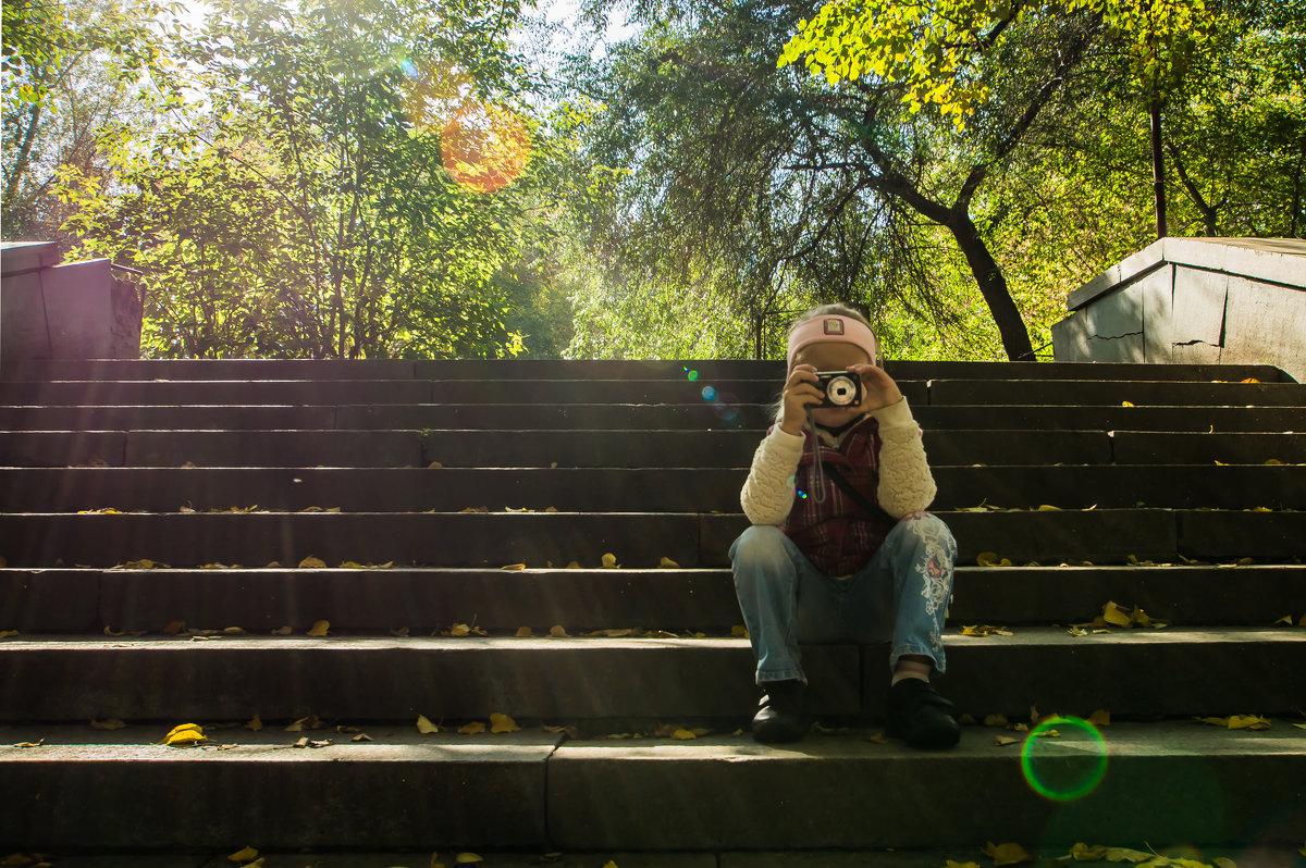 Маленький фотограф в осеннем парке - Александр Шамов