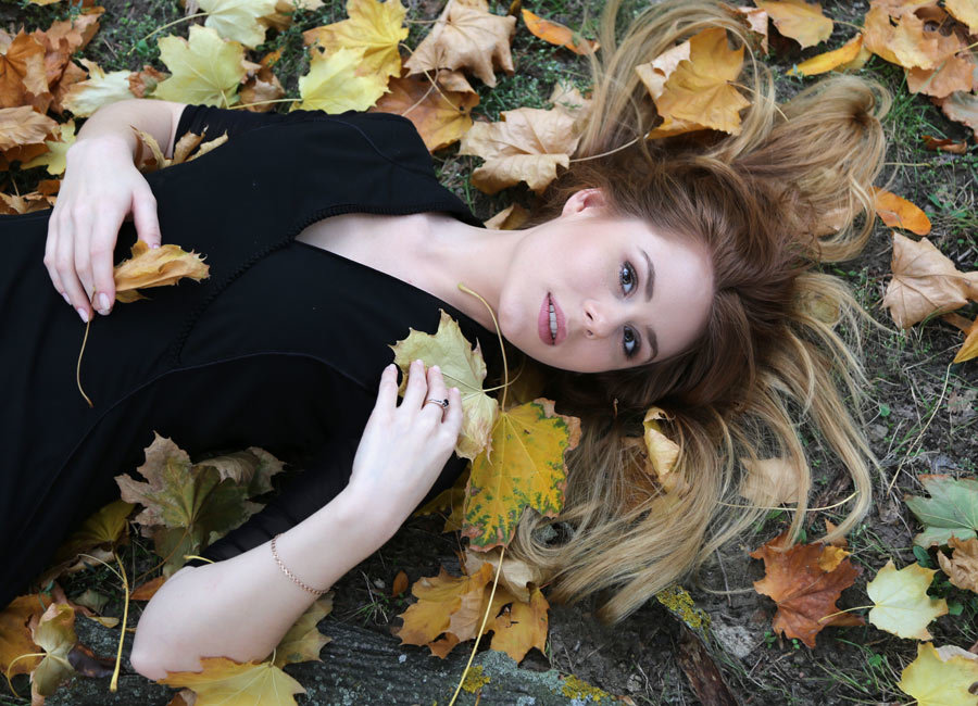Яна в листьях - Alexander Varykhanov