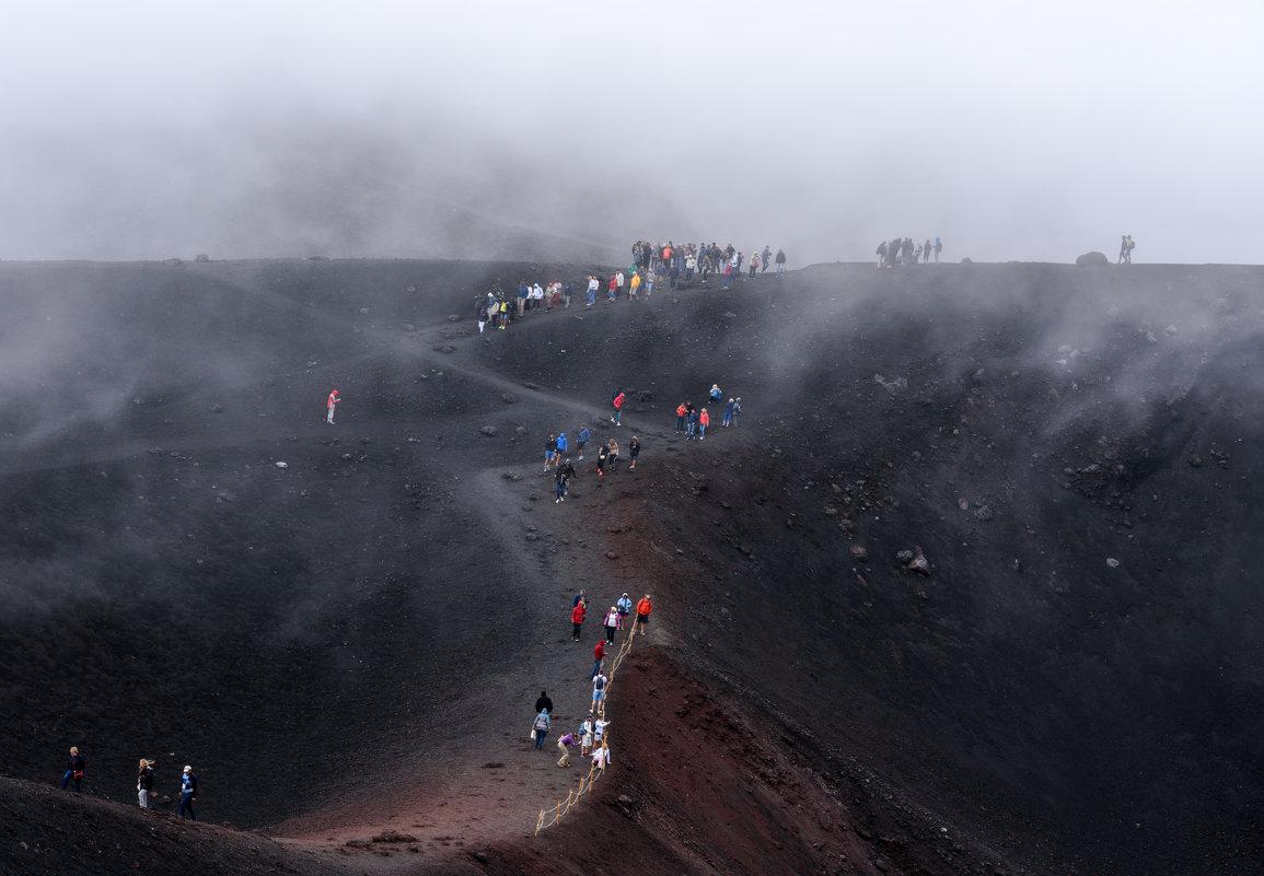 Между  кратерами.. - Виктор Льготин