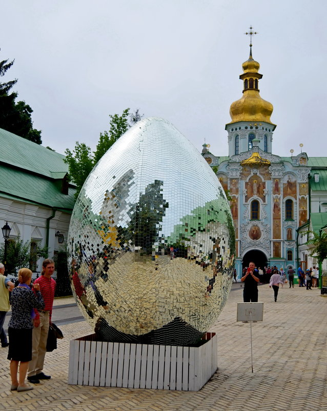 Во дворе Лавры в Киеве - Ростислав
