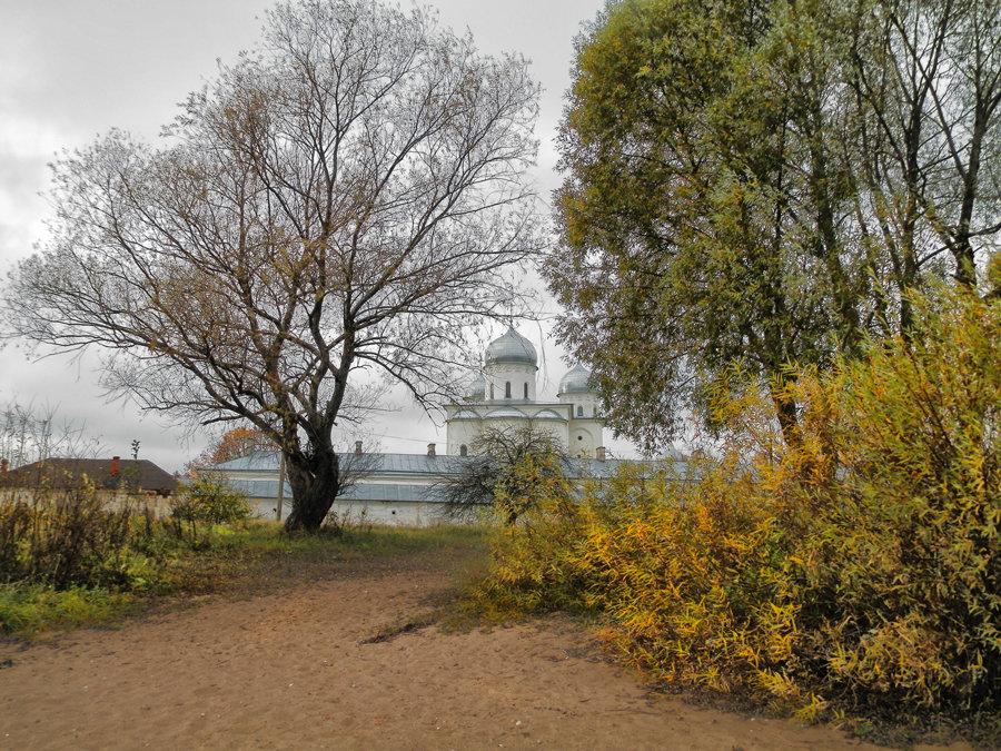 Осенняя прогулка у стен монастыря - Павел