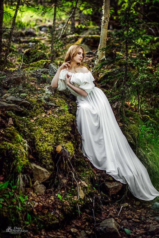 Девушка в белом платье в лесу - Ольга Невская