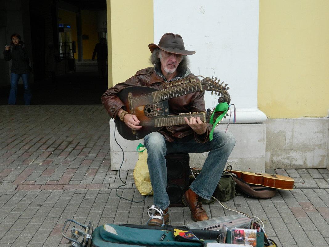 Сергей Садов с уникальным струнныйм инструментом Садора - Andrew