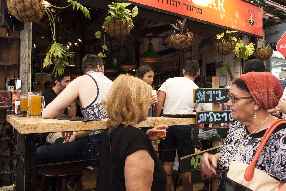 У стойки пивного бара на рынке в Иерусалиме. - Alla
