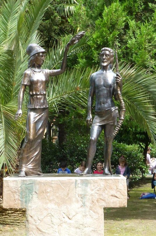"""Скульптура """"Афина, держащая венок над Гераклом"""" - Наиля"""