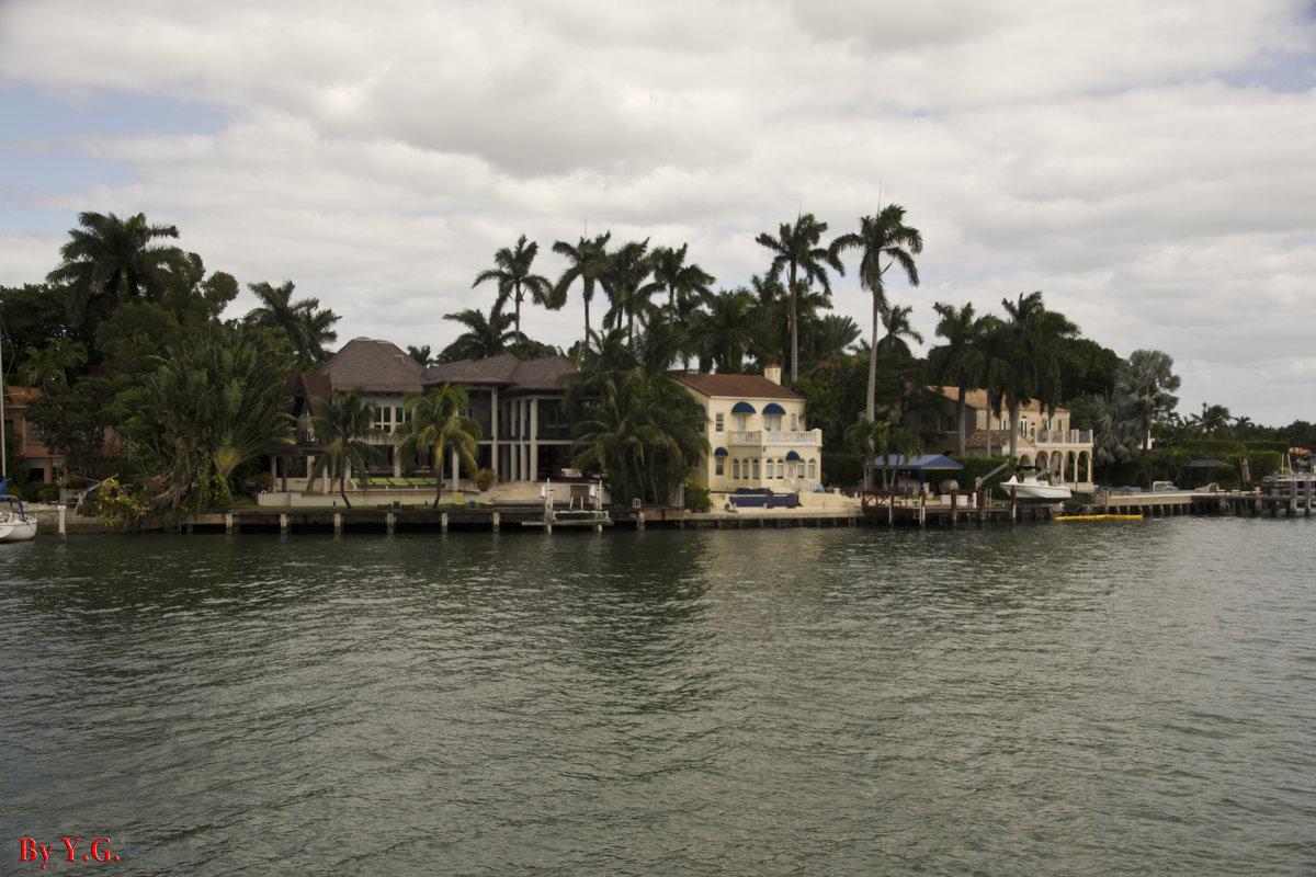По версии гида, этот дом когда-то принадлежал семье Аль Капоне - Яков Геллер