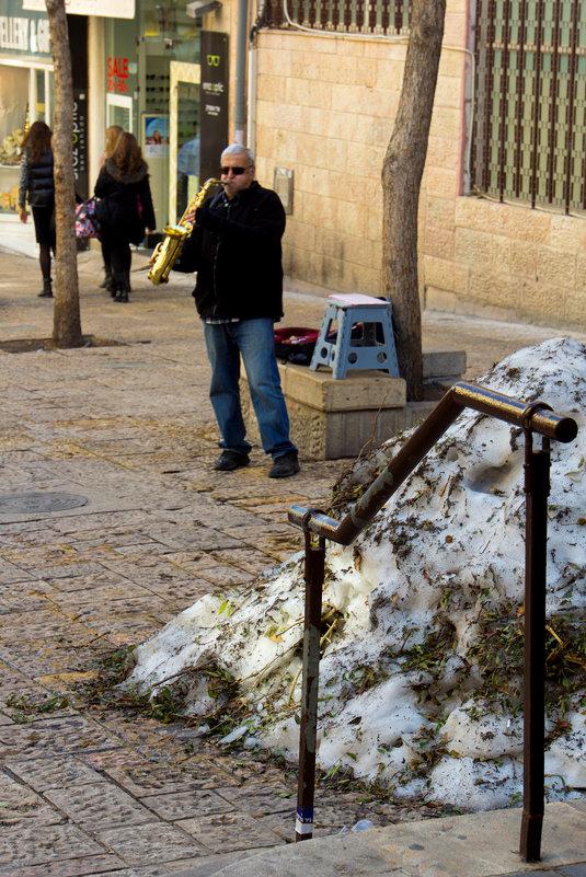 Музыкант на улице Бен-Иегуда в Иерусалиме после снегопада. - Игорь Герман