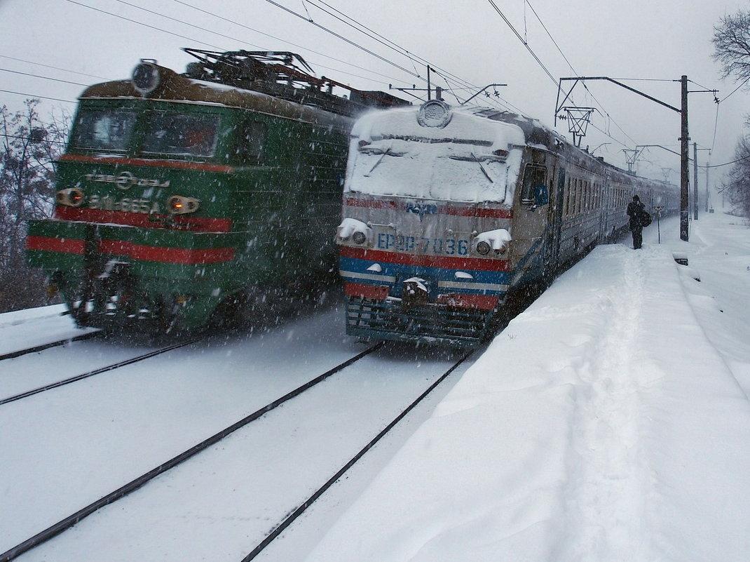 Картинка из начала декабря... или.. Бывает, что встречаются у станций поезда - Александр Резуненко