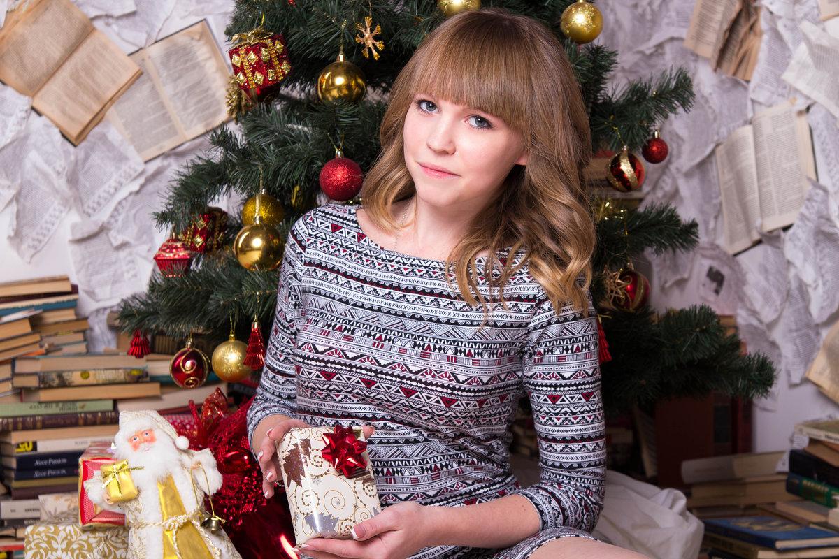 Девушка с подарком у ёлки - Valentina Zaytseva