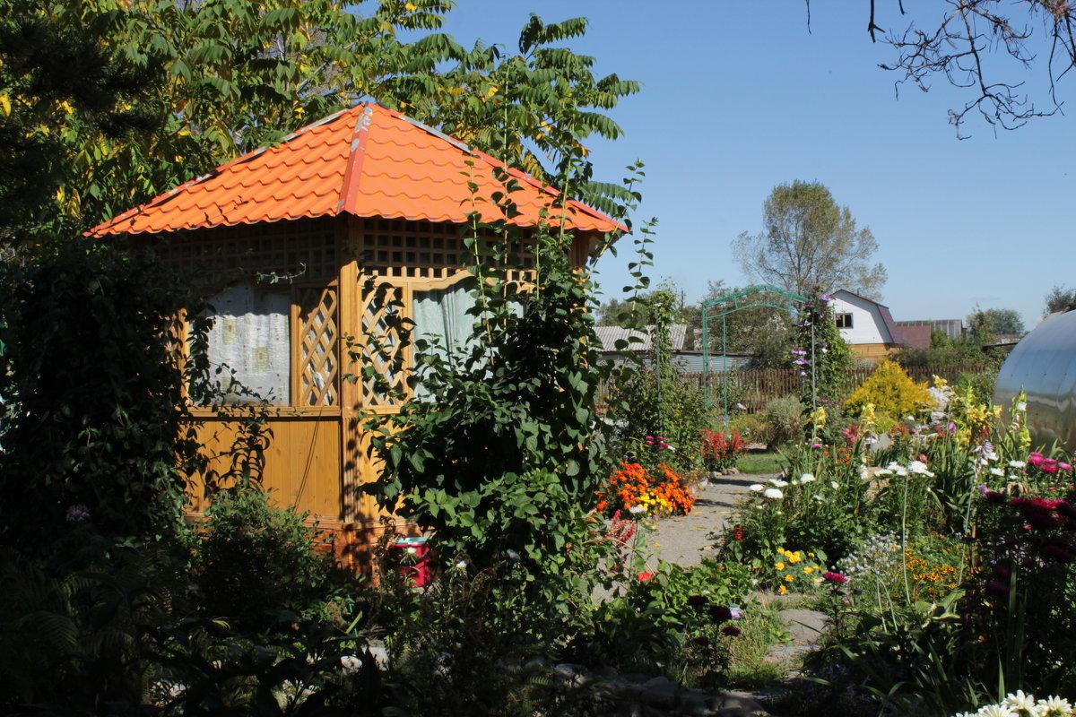 В саду - Олег Афанасьевич Сергеев
