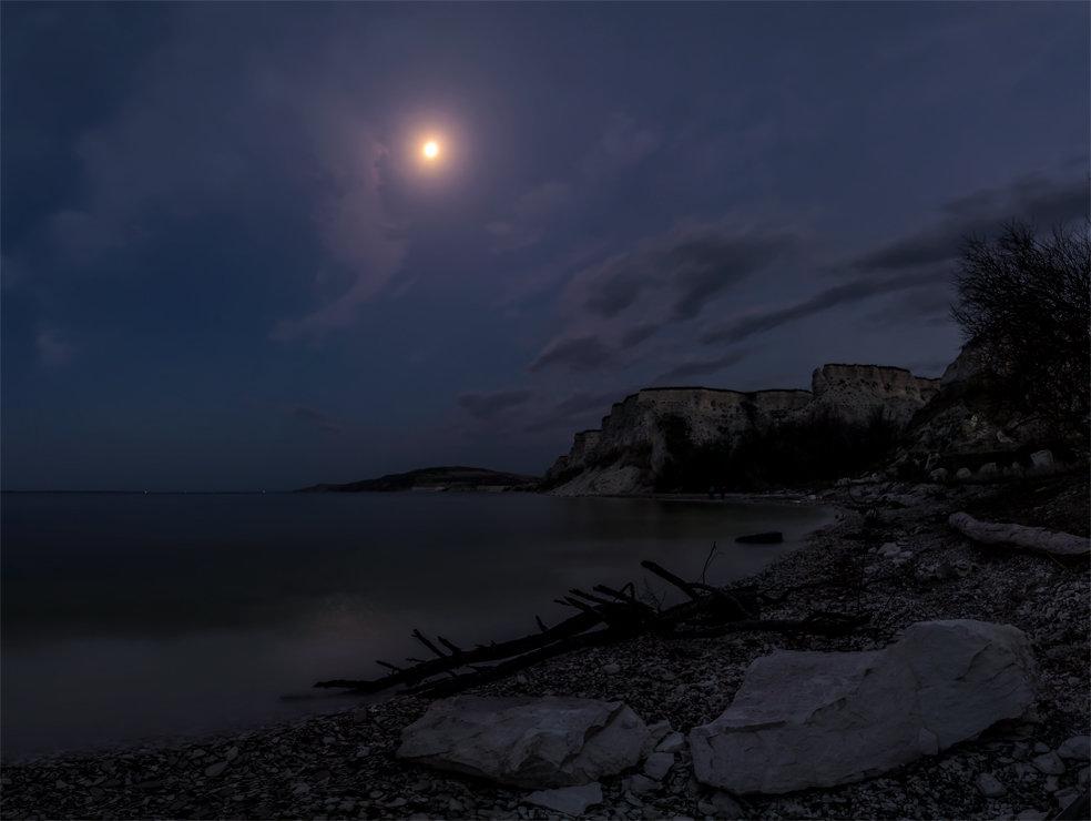 Луна - Альберт Беляев