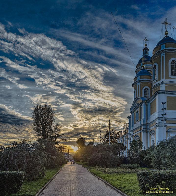 Догорает алая заря, заплачет воском в храме тонкая свеча - ее старушка, тихо, под иконку ставит* - Valeriy Piterskiy