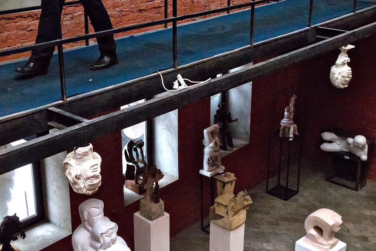 Скульптура молча созерцает, как скоротечен бренный век - Ирина Данилова