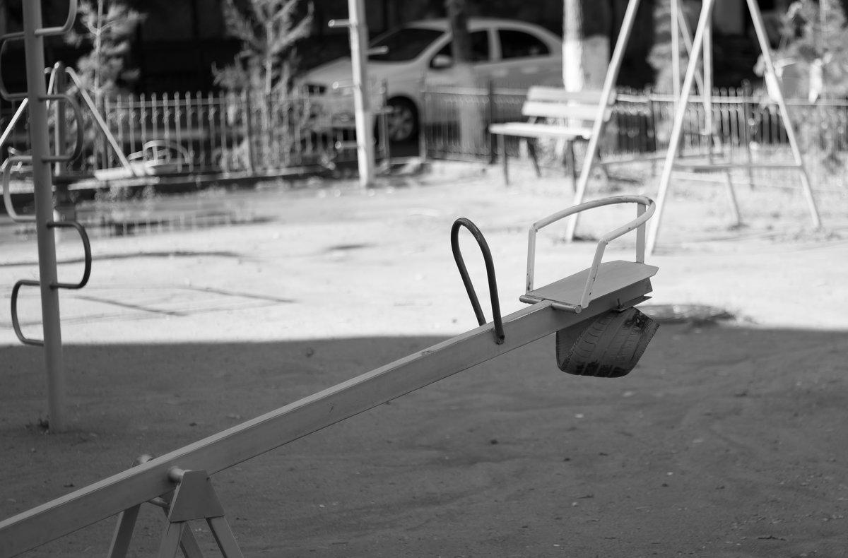 Пустая качеля в будний день - Тимофей Шелягин