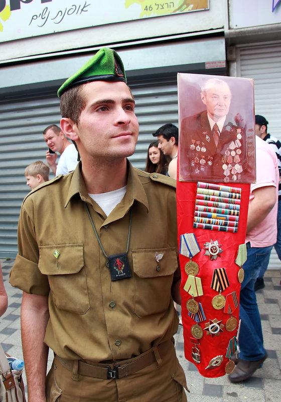 Солдат Армии обороны Израиля с гордостью держит портрет и награды своего пра-прадеда! - Николай Волков