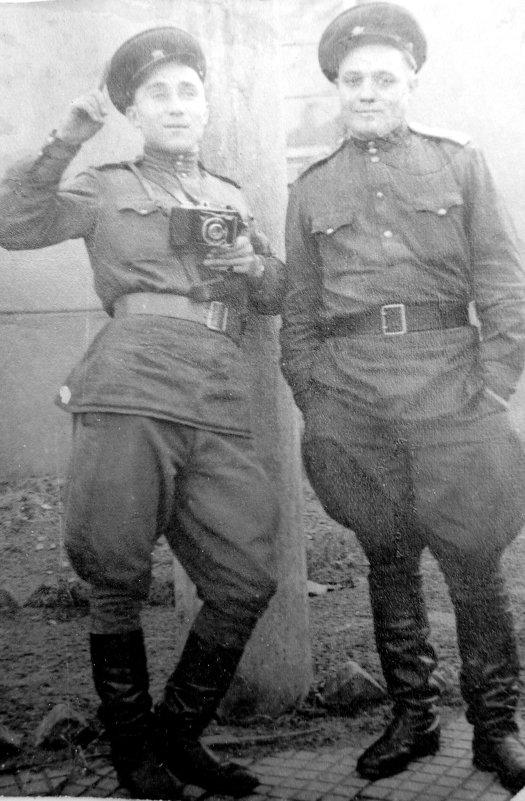 "Батя с ""Лейкой"" (слева) Германия 1945 - Александр Прокудин"