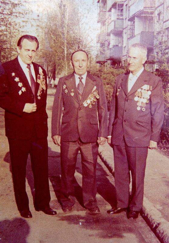 Отец (в середине) с соседями ветеранами 9 Мая 1985г. - Александр Прокудин