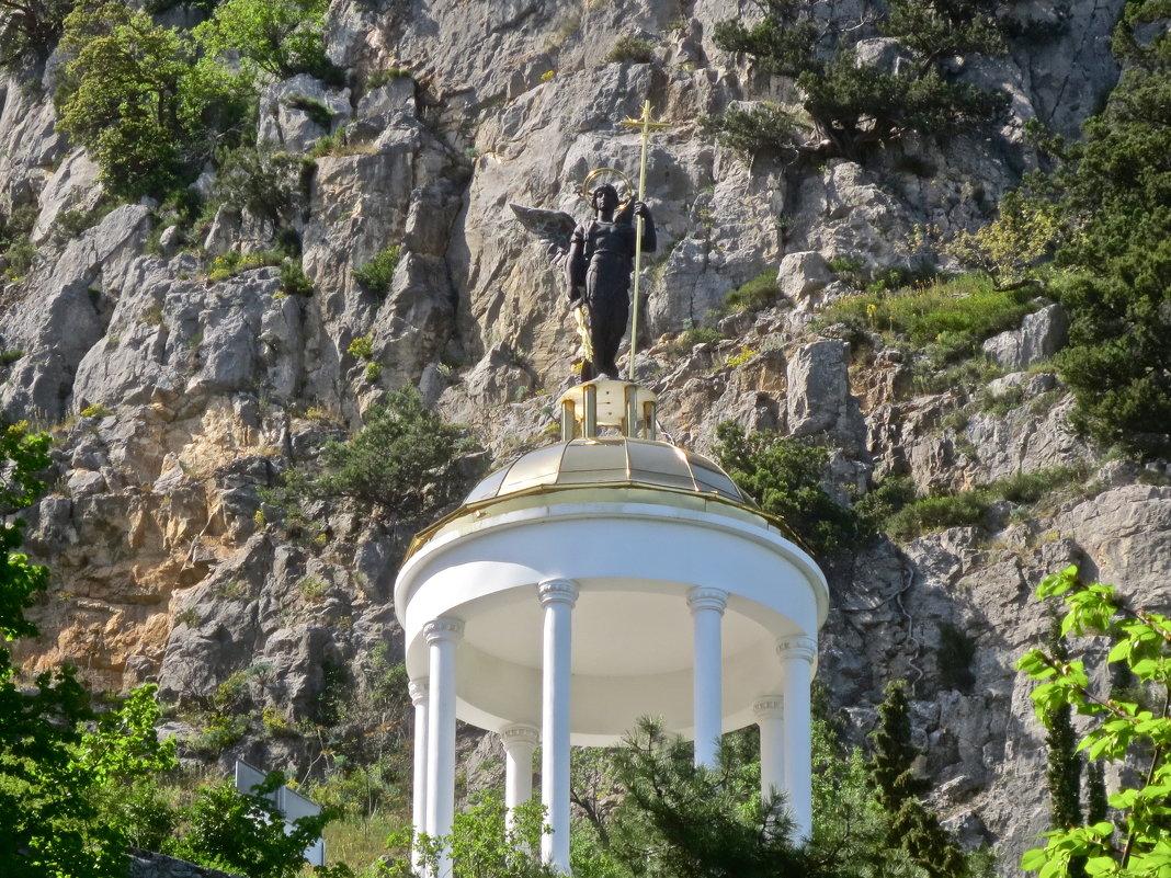 ротонда возле храма Архангела Михаила - Елена