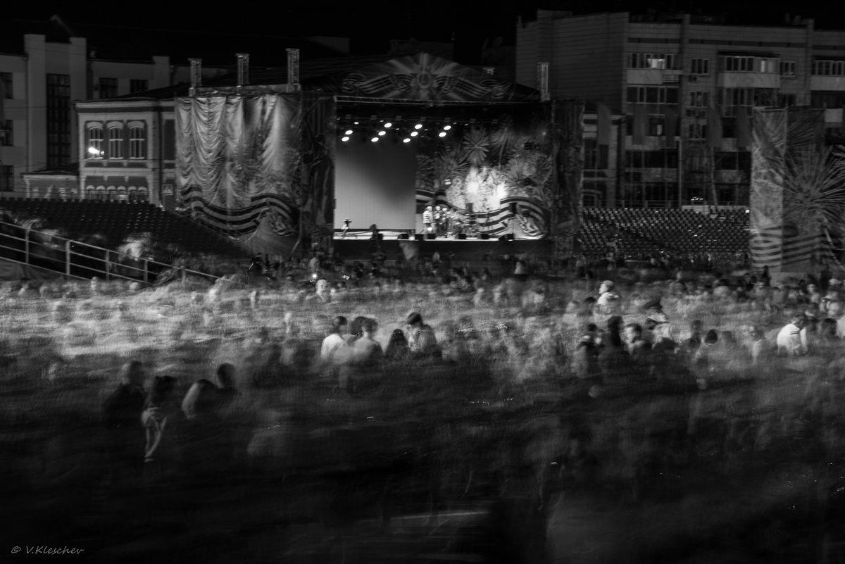 Зрители покидают площадь Куйбышева после праздничного салюта. Самара. 9 мая. - Владимир Клещёв