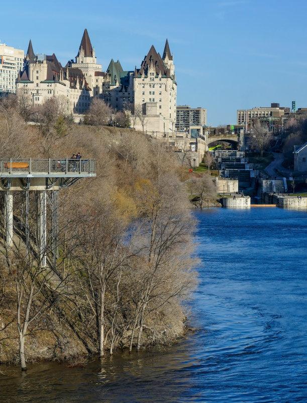 Вид замка-отеля Шато Лурье «Фэйрмонт» со стороны реки (Оттава, Канада) - Юрий Поляков
