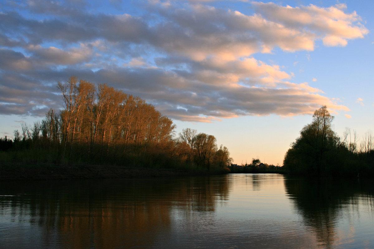 Тихо струится река серебристая в царстве вечернем зелёной весны ... - Евгений Юрков