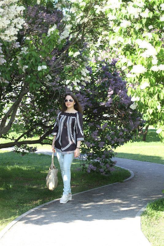 Прогулка по цветущему саду - Natalia Petrenko