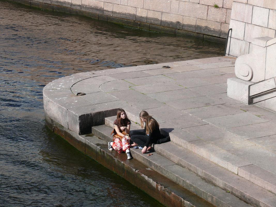 Две девушки на берегу Невы - Odissey