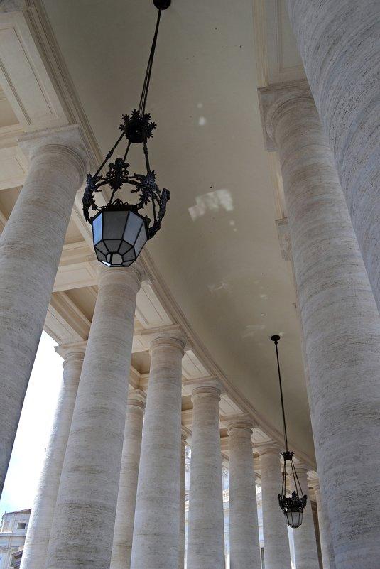 В колоннаде собора Петра и Павла - Ольга