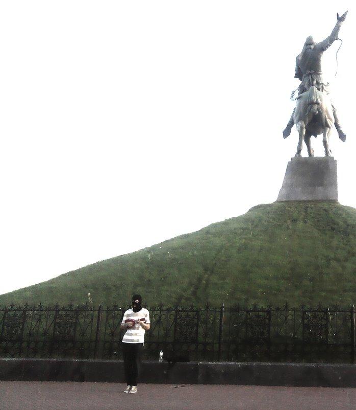 Уличный певец в маске у памятника - Владимир Ростовский