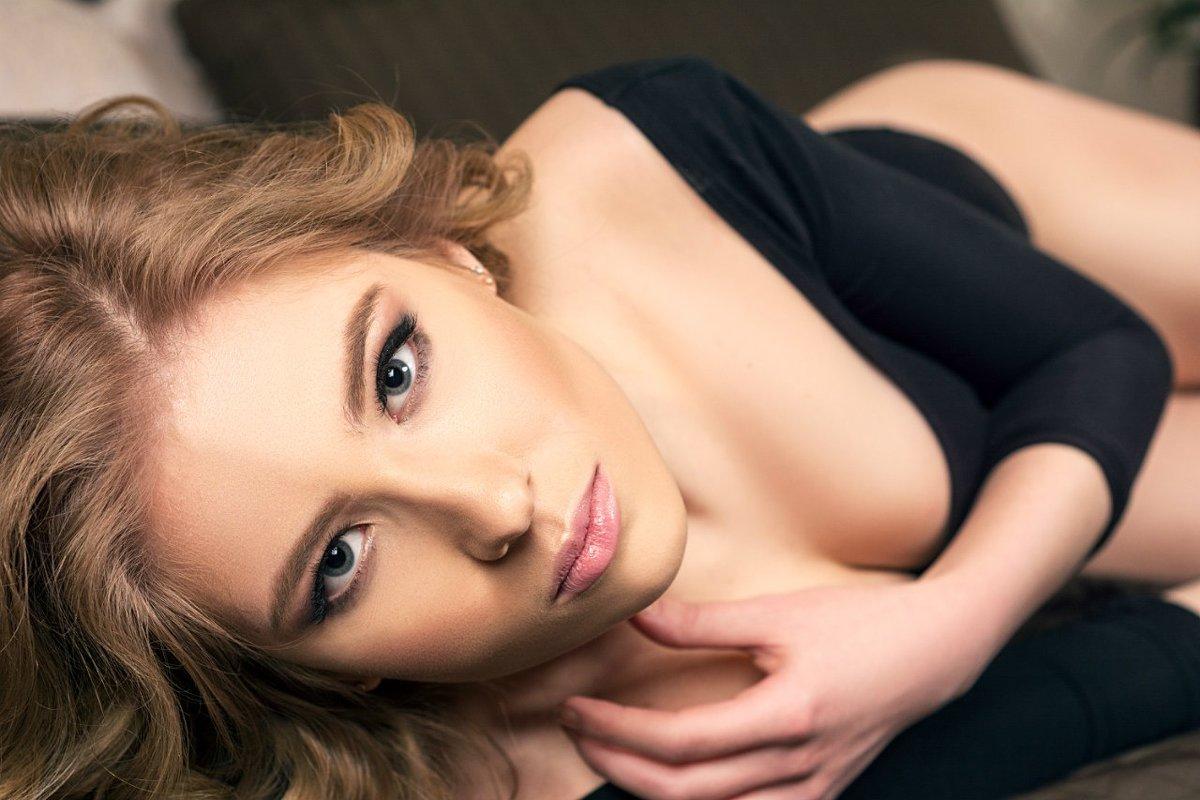 Shuclo. Красивая девушка лежит на кровати - Лев Shuclo