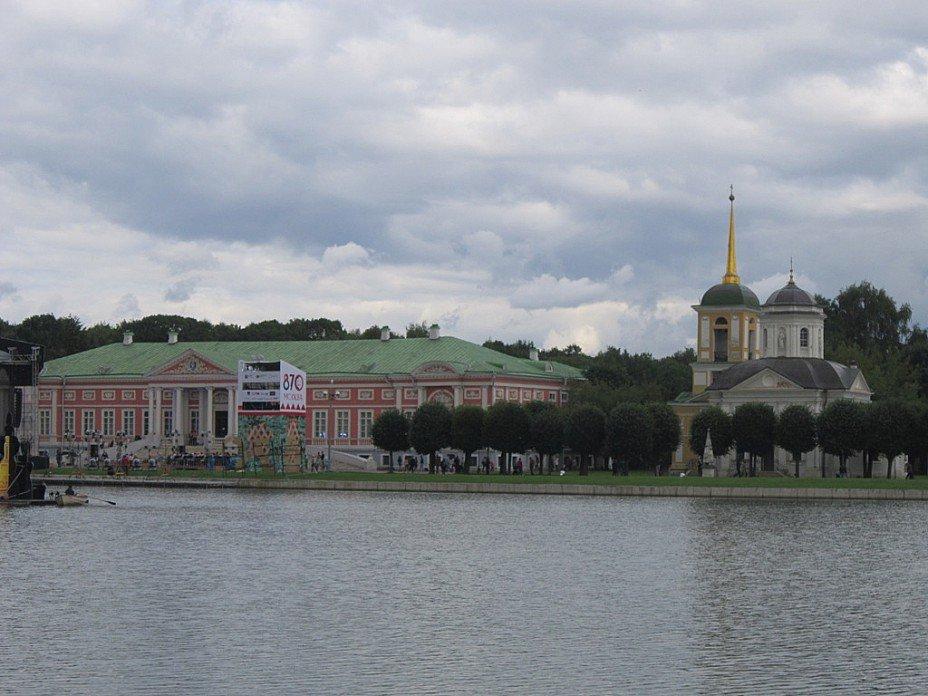 Кусково. Вид на дворец и  храм Спаса Всемилостивого - Дмитрий Никитин