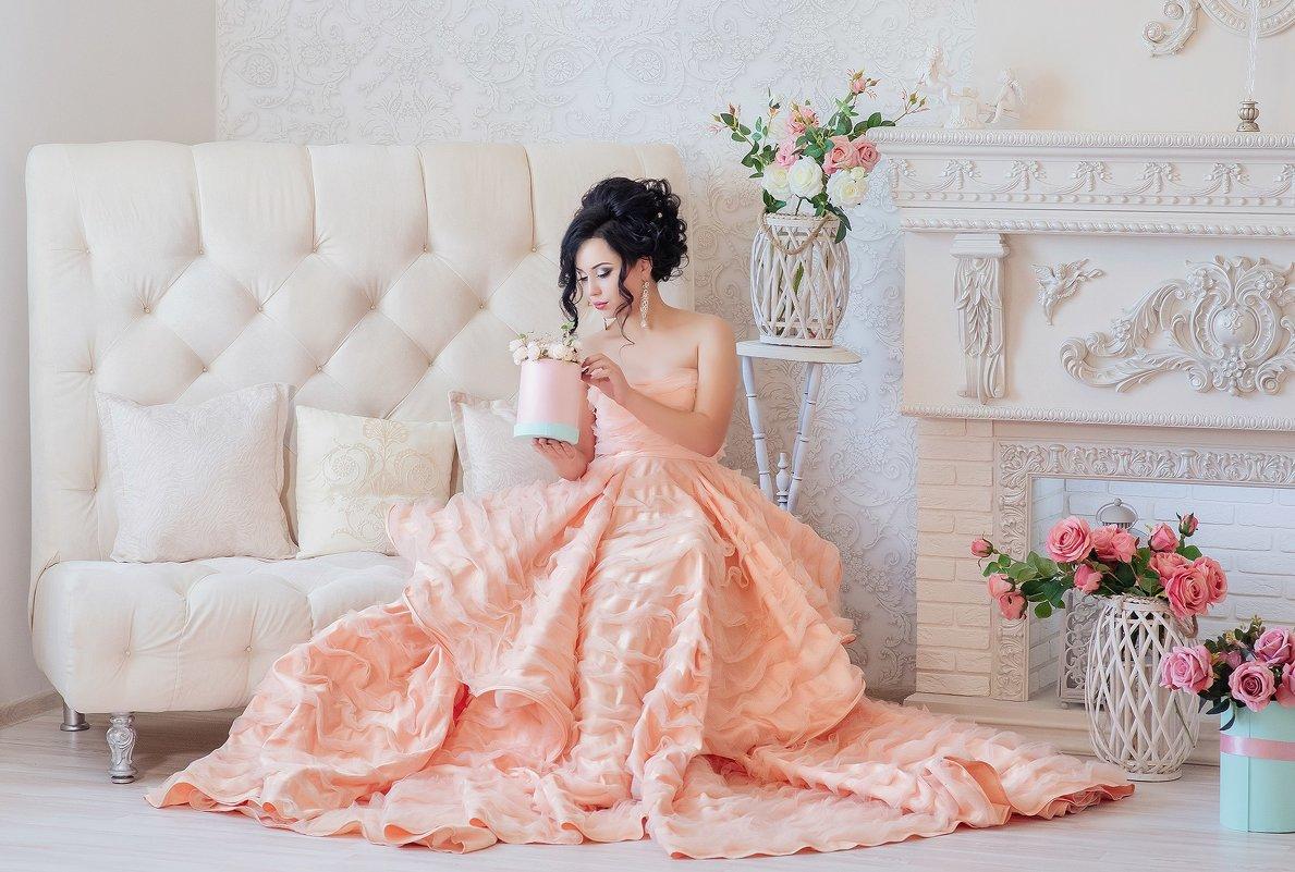 Девушка с розами - Елена Федорова