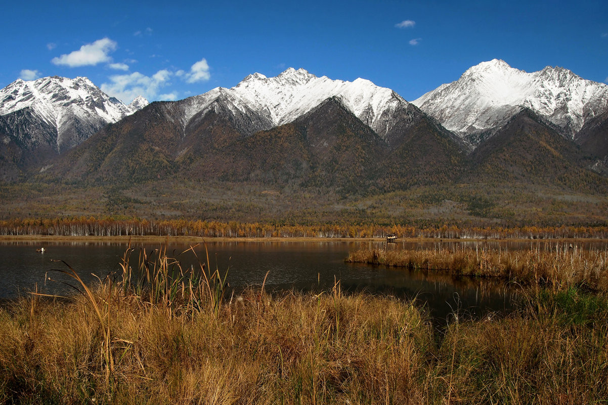 У подножья гор высоких озеро лежит... - Александр Попов