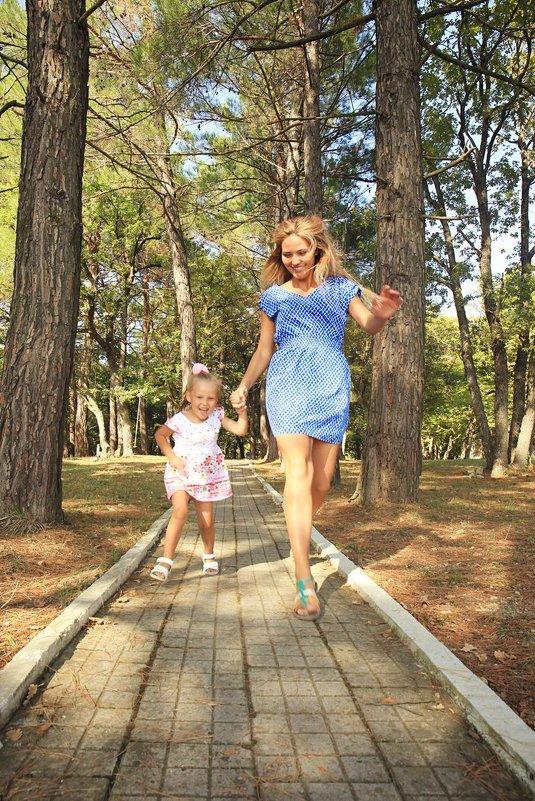 Мать и дочь весело бегут - Виктория Балашова
