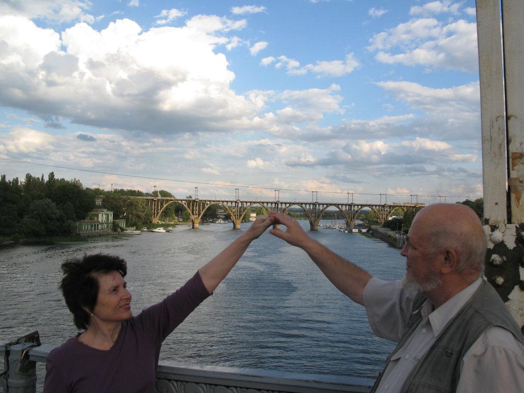 Мосты - самое доброе изобретение человека: они соединяют!... - Алекс Аро Аро