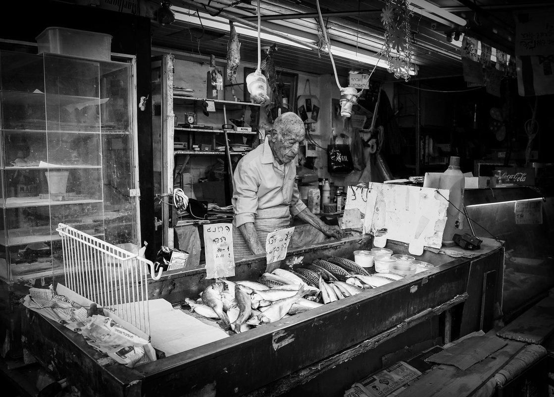 Продавец рыбы - Владимир Сарычев