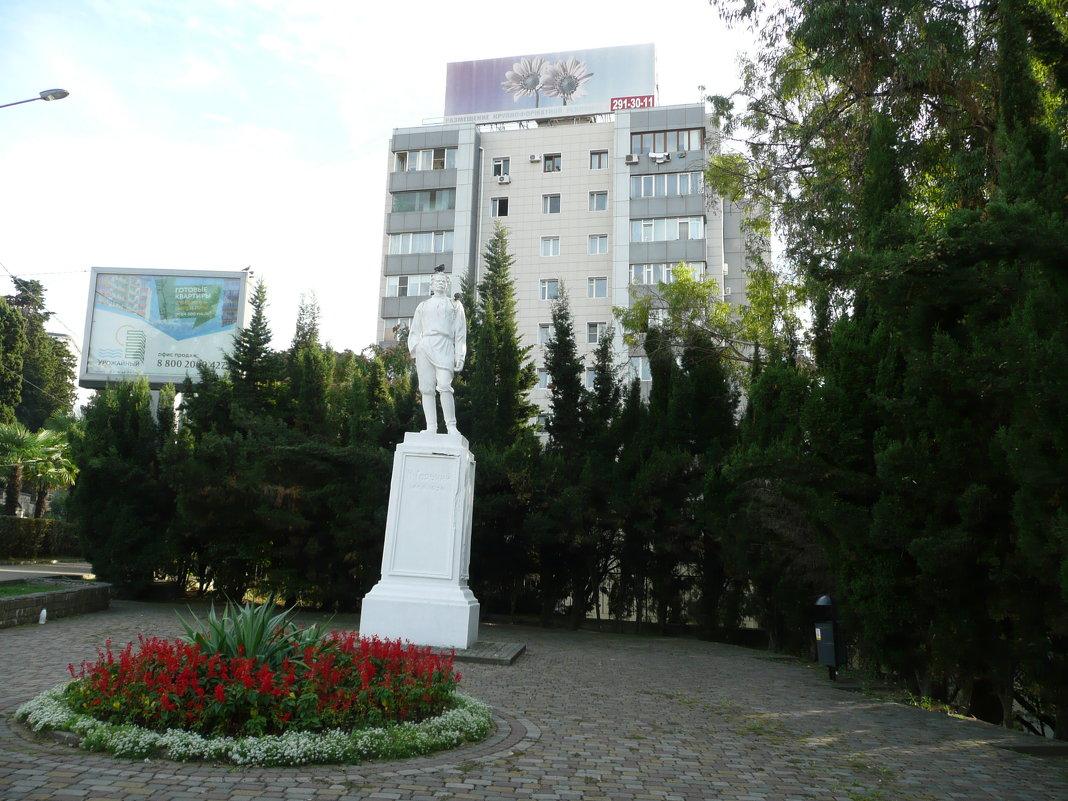 Памятник М. Горькому - Виктор