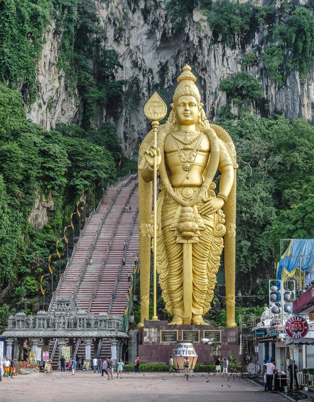 Сын Шивы и 272 ступени, вход в пещеру Бату (Batu Cave), Куала-Лумпур, Малайзия. - Edward J.Berelet