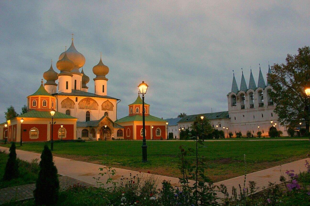 Вечер в монастыре - Сергей Кочнев