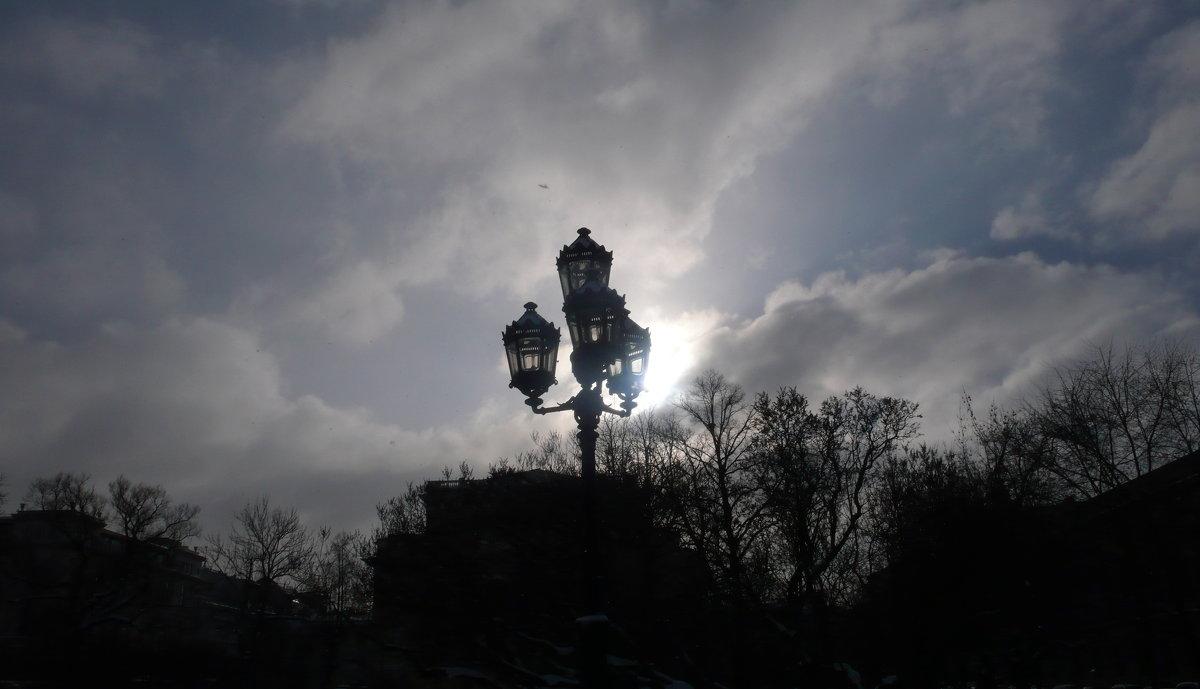 СПб. Екатерининский садик.Фонарь и солнце. - Таэлюр