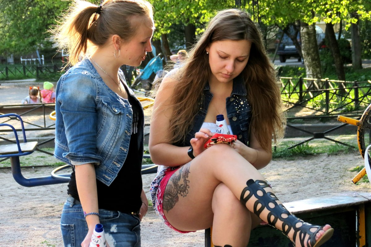 Девушки в парке - Георгий Кашин