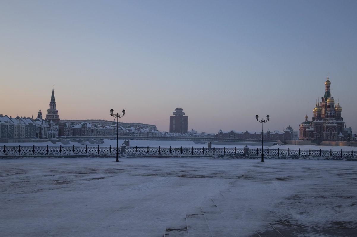 Утро красит нежным светом золотые купола.. - Анатолий Грачев
