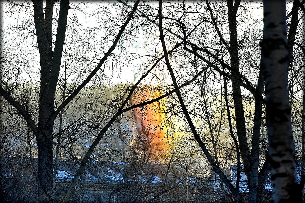 На восходе Солнца..часть радуги упёрлась в крыши.. - Александр Шимохин